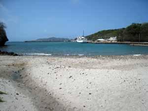 母島の港と「ははじま丸」