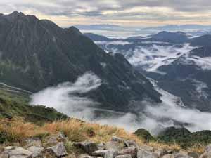 西穂高岳への登りで東方を望む