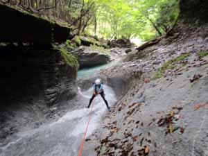 激流のナメをロープを使って登る